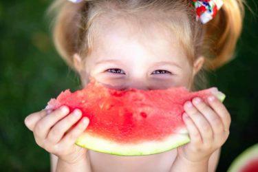 Mädchen mit Wassermelone - Obst mit sehr wenigen Kohlenhydraten